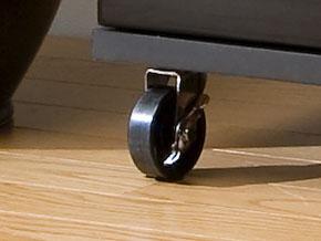 AVボードのデザインと機能性を両立させる大型キャスター。 ワンタッチ式のストッパー付きで安心。